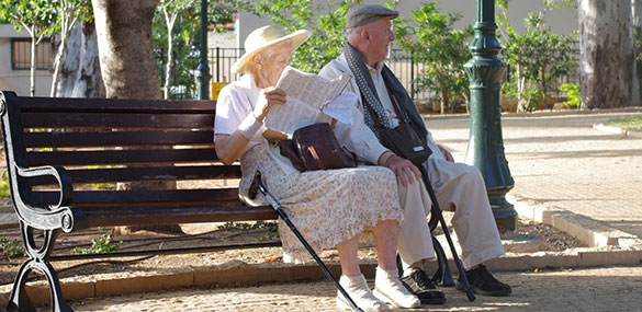 Bejaard koppel op bankje